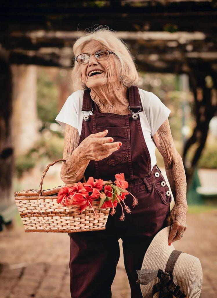 lachende alte Frau mit Korb